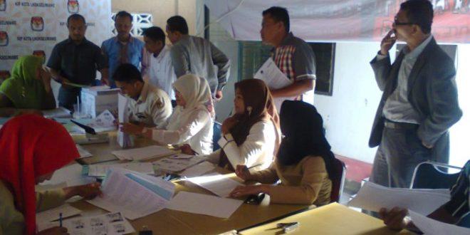Verifikasi bukti dukungan KTP di KIP Lhokseumawe. Foto: KIP Lhokseumawe