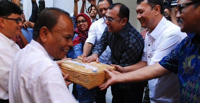 ketua KIP Aceh Ridwan Hadi menerima KTP Syarat dukungan calon Perseorangan dari pasangan Zakaria Saman di sekretariat KIP Aceh.  Banda Aceh, Selasa 3 Agustus 2016. Foto: AW | Yudi