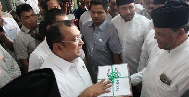 Ketua KIP Aceh Ridwan Hadi menerima KTP Syarat dukungan calon Perseorangan dari pasangan Abdullah Puteh di sekretariat KIP Aceh. Selasa 5 Agustus 2016. Photo: Yudi