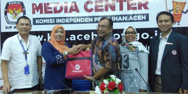 Penyerahan hasil tes  kesehatan dari pihak RSUZA kepada KIP Aceh. [Hadi|MC KIP Aceh]