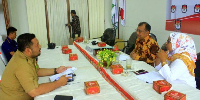 Perwakilan dari Dinas Kependudukan dan Pencatatan Sipil (Disduk Capil) Aceh berkoordinasi dengan Komisioner KIP Aceh. [Foto: Aprizal]