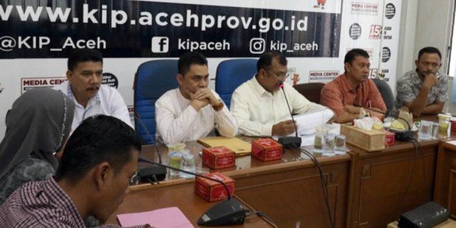 Komisioner KIP Aceh melakukan rapat pleno administrasi syarat calon.  [Hadi]