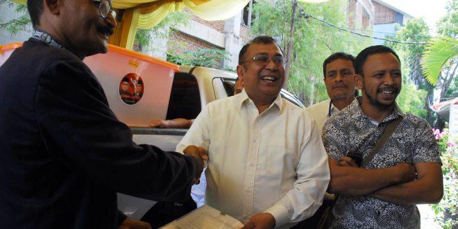 Tim Pemenangan Zaini - Nasaruddin menyerahkan simbolis kekurangan syarat dukungan kepada Ketua KIP Aceh. [AW]