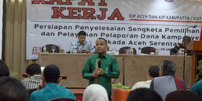 Komisioner KIP Aceh Junaidi saat rapat kerja KIP Aceh. [Foto: Hadi]