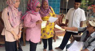 Anggota KIP Aceh, Fauziah saat melakukan supervisi pencocokan dan penelitian data pemilih di Aceh Timur. [Dok]