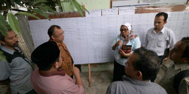 Komisioner KIP Aceh memantau daftar pemilih di tingkat desa. | Foto: Hadi