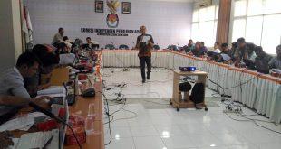 Staf dari KPU RI memberikan materi terkait Rapat Penyusunan Laporan Keuangan di Sekretariat KIP Aceh | Foto: AW