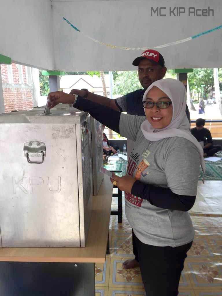 Komisioner KIP Aceh, Fauziah memilih di TPS Gampong Pango | Foto: Dok