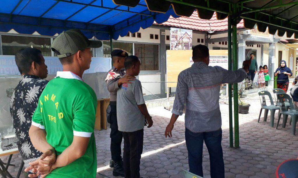 Tahanan dikawal mencoblos di TPS Gampong Suak Indrapuri, Kecamatan Johan Pahlawan, Aceh Barat
