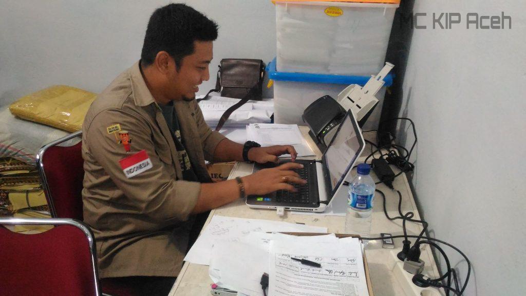 Staf KIP Nagan Raya melakukan scan form C1 untuk diupload ke sistem Situng KPU RI | Foto: AW