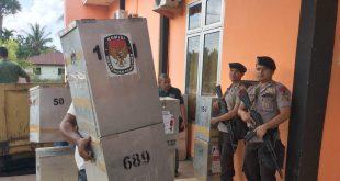 Kotak suara dibawa ke kantor KIP AcehTimur dari kecamatan | Foto: Yudi