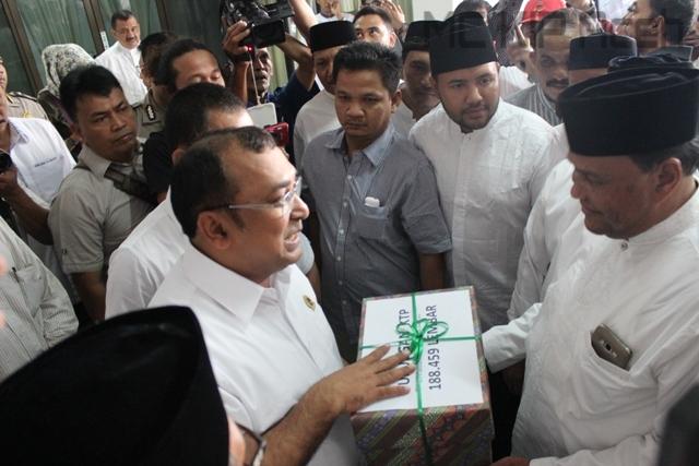 ketua KIP Aceh Ridwan Hadi menerima KTP Syarat dukungan calon Perseorangan dari pasangan Abdullah Puteh di sekretariat KIP Aceh