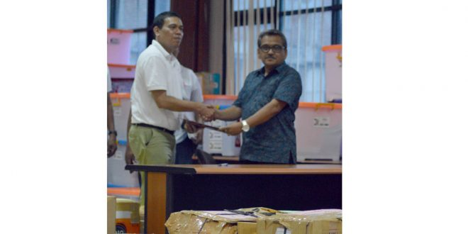 Serah terima KTP dukungan secara simbolis oleh Sekretaris KIP Aceh, Darmansyah kepada Akmal Aminuddin dari Pos Indonesia. Foto: Yudi