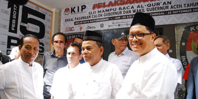 Zakaria Saman - T Alaidinsyah saat menyerahkan KTP dukungan di kantor KIP Aceh  [AW]