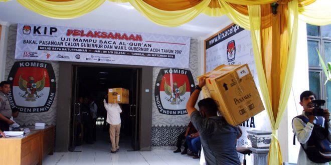 Kardus berisi KTP syarat dukungan perbaikan yang dibawa tim pemenangan ke KIP Aceh. [AW]