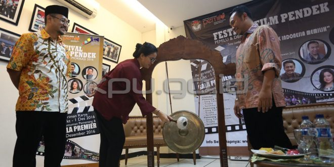 Marcella Zalianty memukul gong saat launching Festival Film Pendek di Media Center KPU RI. [Foto: KPU RI]