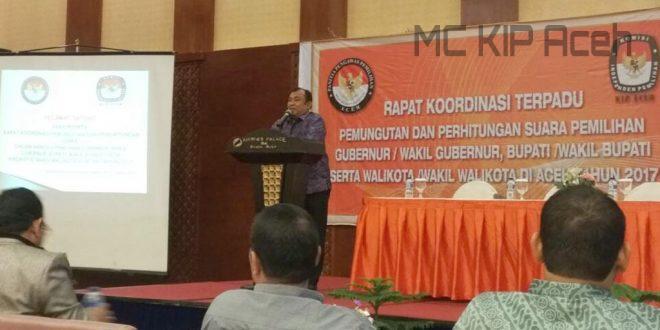 Ridwan Hadi memberikan sambutan dalam acara Bimtek terpadu di Hermes Hotel, Banda Aceh. [Syahrial | MC KIP Aceh]